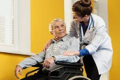 Homme supérieur dans le fauteuil roulant Image libre de droits