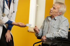 Homme supérieur dans le fauteuil roulant Images stock