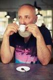 Homme supérieur dans un café potable de café Photographie stock