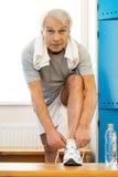 Homme supérieur dans un centre de fitness Photos stock