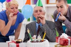Homme supérieur de bonheur sur son anniversaire Images stock
