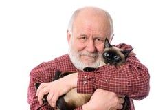 Homme supérieur de Cheerfull avec le chat d'isolement sur le blanc Photos stock