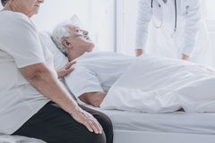 Homme supérieur de mort à l'hôpital photos stock