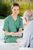 Homme supérieur de Playing Cards With d'infirmière féminine Photo stock