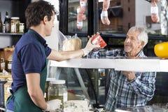 Homme supérieur de Selling Cheese To de vendeur photographie stock libre de droits