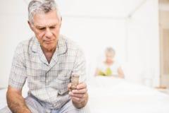 Homme supérieur de souffrance prenant des pilules Images stock