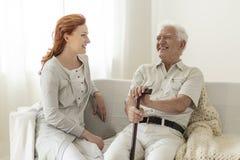Homme supérieur de sourire ayant l'amusement avec la fille heureuse à la maison photo libre de droits