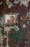 Homme supérieur derrière la porte barrée verrouillée en cellule Photo libre de droits