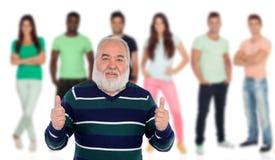Homme supérieur disant correct avec les jeunes du fond photos stock