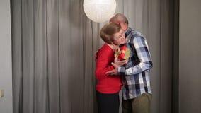 Homme supérieur donnant le cadeau de la valentine à son épouse clips vidéos