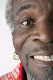Homme supérieur drôle avec des boucles d'oreille Photo stock
