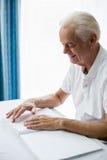 Homme supérieur employant Braille pour lire Photo libre de droits