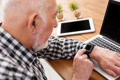Homme supérieur employant la maquette d'ordinateur portable et de comprimé Image libre de droits