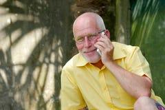 Homme supérieur en bonne santé sur le jardin extérieur de téléphone Images stock