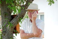 Homme supérieur en bonne santé sur le jardin extérieur de téléphone Image stock