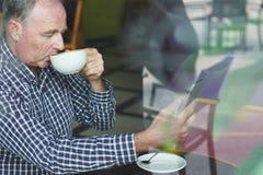 Homme supérieur en café Photo libre de droits