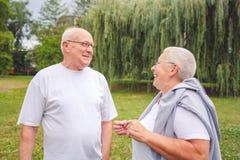 Homme supérieur et femme appréciant un moment et parlant ensemble photographie stock libre de droits