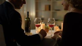 Homme supérieur et femme embrassant pendant la date romantique, affection de ménages mariés banque de vidéos