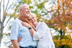 Homme supérieur et femme s'embrassant dans l'amour Photos libres de droits