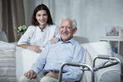 Homme supérieur et infirmière handicapés Photographie stock libre de droits