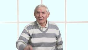 Homme supérieur fâché, fond brouillé clips vidéos