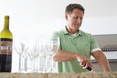 Homme supérieur faisant cuire dans la cuisine Photos libres de droits