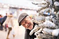Homme supérieur faisant des achats de Noël Images libres de droits