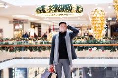 Homme supérieur faisant des achats de Noël Image libre de droits