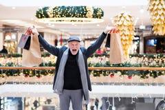 Homme supérieur faisant des achats de Noël Photographie stock