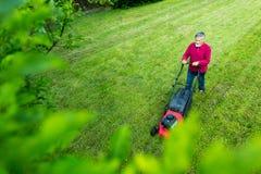 Homme supérieur fauchant son jardin - tiré d'en haut photographie stock