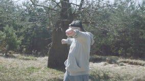 Homme supérieur heureux étirant le corps dans la forêt tôt 4K banque de vidéos