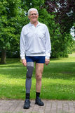 Homme supérieur heureux avec la jambe fausse Photographie stock