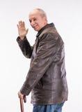 Homme supérieur heureux dans la veste en cuir avec le parapluie photographie stock