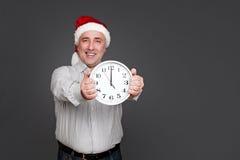 Homme supérieur heureux dans le chapeau de Noël Images libres de droits