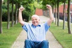 Homme supérieur heureux sur le fauteuil roulant images libres de droits
