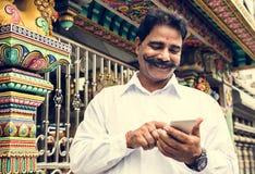 Homme supérieur indien à l'aide du téléphone portable Photo stock