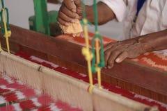Homme supérieur indien travaillant en main le métier à tisser Photo libre de droits
