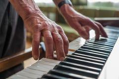 Homme supérieur jouant le piano image libre de droits