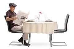 Homme supérieur lisant un journal Images libres de droits