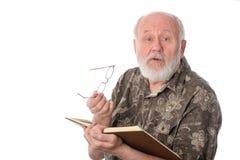 Homme supérieur lisant un livre, d'isolement sur le blanc Image stock