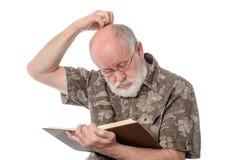 Homme supérieur lisant un livre, d'isolement sur le blanc Photo libre de droits
