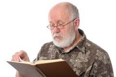 Homme supérieur lisant un livre, d'isolement sur le blanc Photographie stock