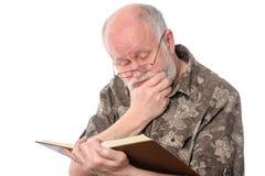 Homme supérieur lisant un livre, d'isolement sur le blanc Images libres de droits