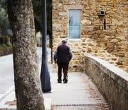 Homme supérieur marchant avec la canne au parc Image libre de droits