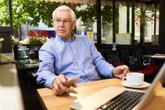 Homme supérieur moderne faisant la pause en café extérieur Photo stock