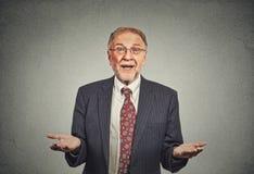 Homme supérieur naïf, bras demandant pourquoi quel est problème photo stock