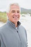 Homme supérieur occasionnel bel de sourire à la plage Photos stock