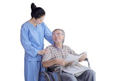 Homme supérieur parlant avec l'infirmière sur le fauteuil roulant Images stock