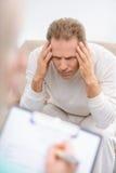 Homme supérieur parlant avec le psychologue photos stock