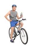 Homme supérieur posant sur son vélo Photo libre de droits